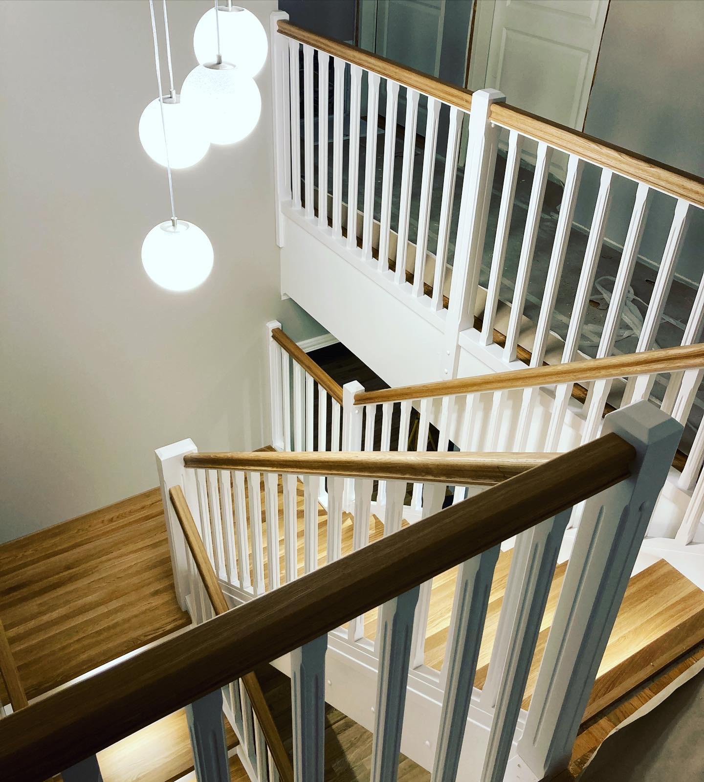 Tammest-astmetega-ja-LED-tuledega-U-kujuline-trepp.-Valged-detailid-kasest-3