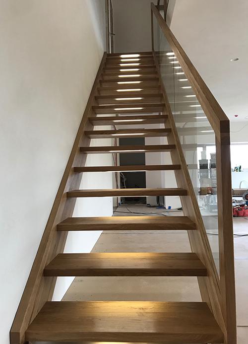 Tammest trepp LED tuledega