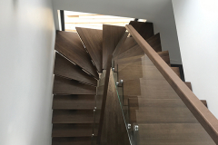 Metalltalaga trepp tammest astmetega