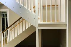 Tammest-astmetega-ja-LED-tuledega-U-kujuline-trepp.-Valged-detailid-kasest-2