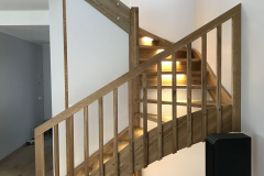 Tammest U-kujuline trepp LED tuledega
